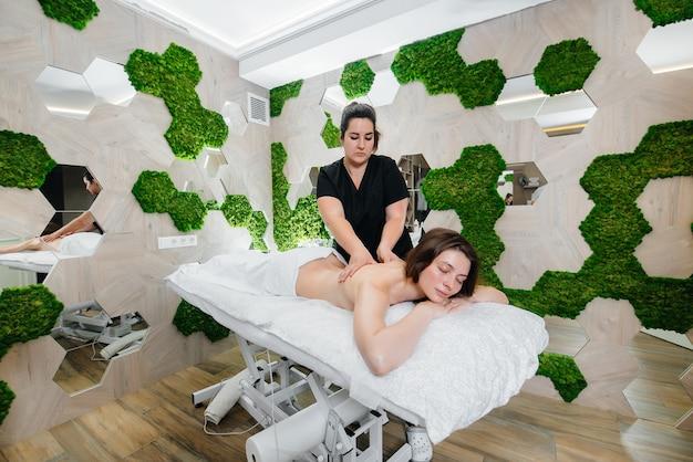 Uma jovem bonita está recebendo uma massagem cosmetológica profissional no spa Foto Premium