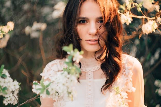 Uma jovem com árvores floridas