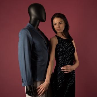 Uma jovem com pele problemática sofre de solidão em uma sociedade de manequins elegantes no espaço rubi.