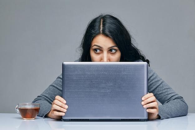Uma jovem com um computador