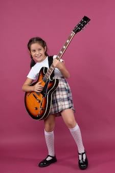 Uma jovem com uniforme escolar toca guitarra elétrica