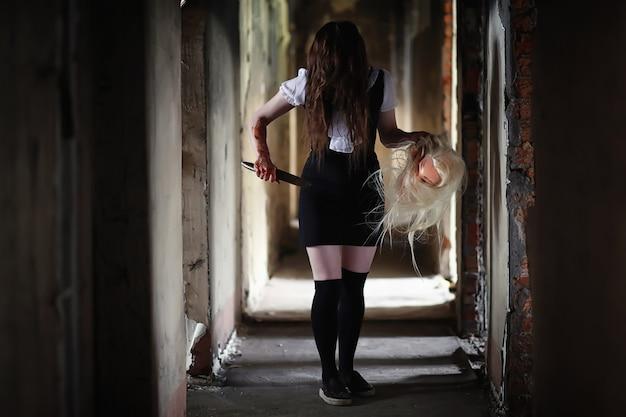 Uma jovem de um filme de terror no sangue e uma faca