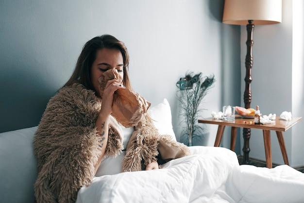 Uma jovem doente na cama em quarentena