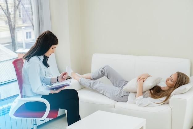 Uma jovem durante a depressão se comunica com um psicólogo no escritório. ajuda psicológica.