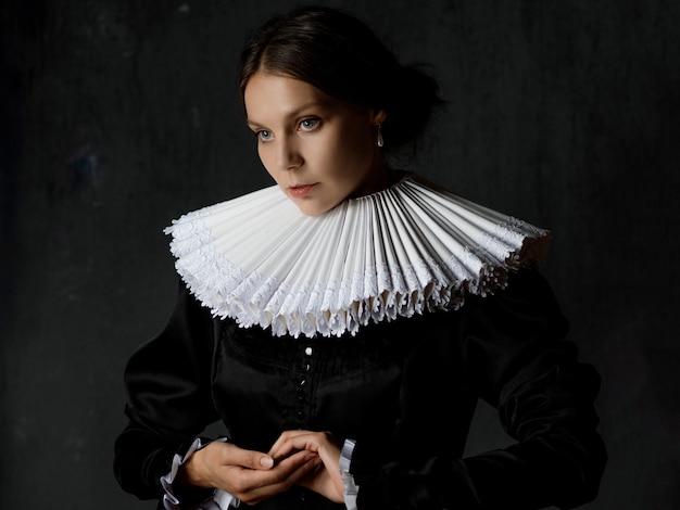Uma jovem elegante em um traje medieval antigo um retrato