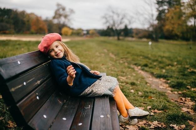 Uma jovem elegante posando no banco