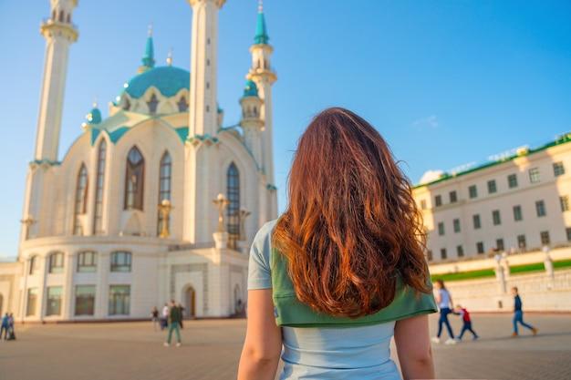 Uma jovem em uma mesquita em kazan