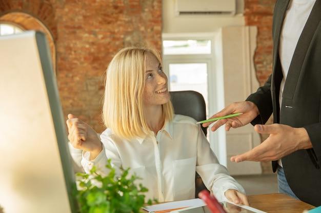 Uma jovem empresária se movendo no escritório, conseguindo um novo local de trabalho. jovem trabalhadora de escritório encontra seu colega ou colega de trabalho após a promoção, recebendo ajuda. negócios, estilo de vida, novo conceito de vida.