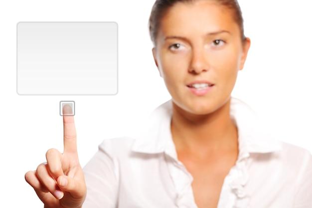 Uma jovem empresária tocando uma tela moderna sobre fundo branco