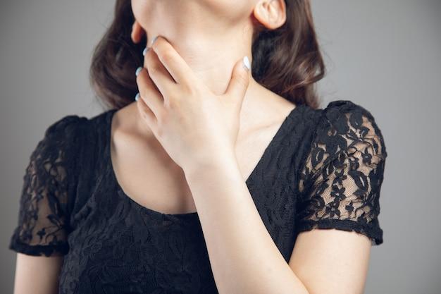 Uma jovem está com dor de garganta
