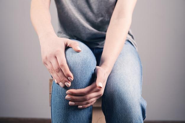 Uma jovem está com dor no joelho