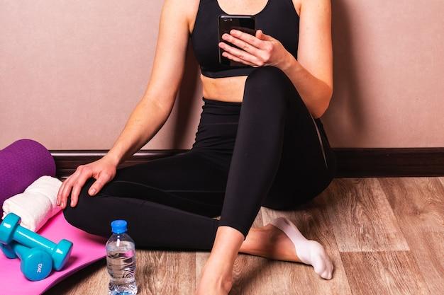 Uma jovem está esperando por uma aula de ioga