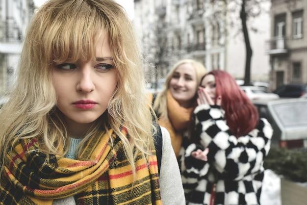 Uma jovem estudante deprimida com cabelos loiros que é intimidada por seus colegas adolescentes, perturbada por sentimentos de desespero e sofrendo de opressão. problemas sociais
