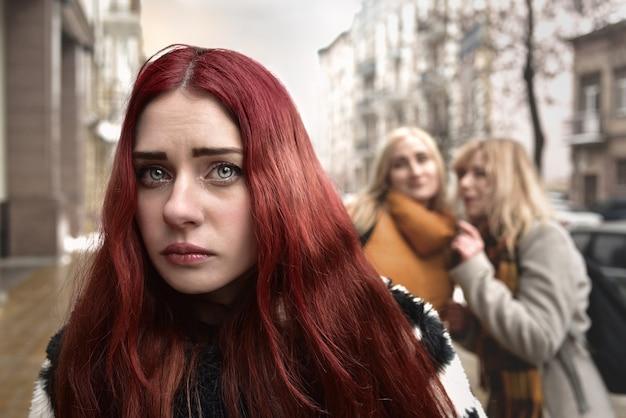 Uma jovem estudante deprimida de cabelo vermelho que é intimidada por seus colegas adolescentes, perturbada por sentimentos de desespero e sofrendo de opressão.