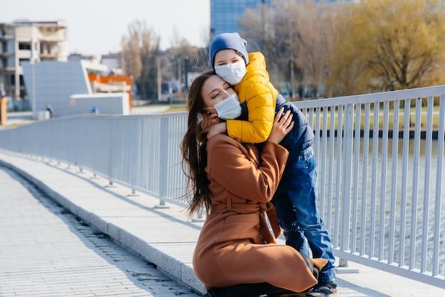 Uma jovem família caminha e respira ar fresco em um dia ensolarado