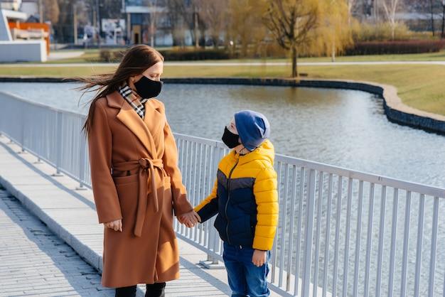 Uma jovem família caminha e respira ar fresco