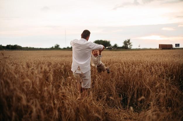 Uma jovem família caucasiana com um filho passa muito tempo junta e se diverte