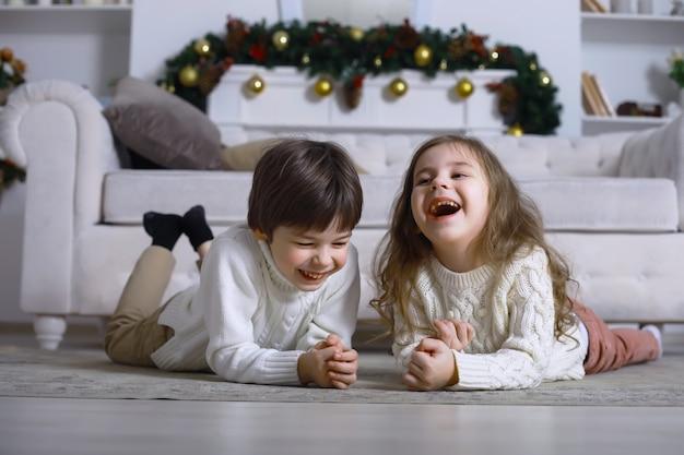 Uma jovem família com filhos decora a casa para o feriado. véspera de ano novo. esperando pelo novo ano.
