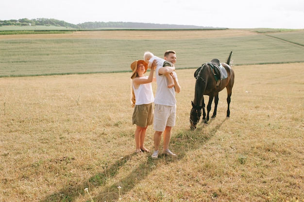 Uma jovem família se diverte no campo
