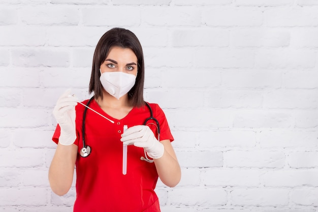 Uma jovem farmacêutica usando uma máscara protetora e luvas