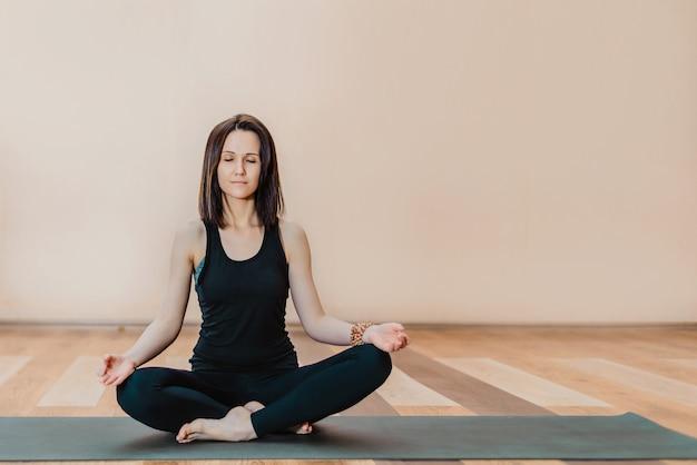 Uma jovem faz ioga e meditação