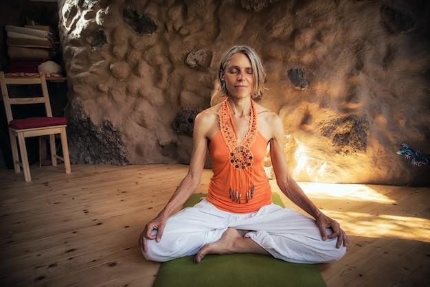 Uma jovem faz mediação de ioga relaxada