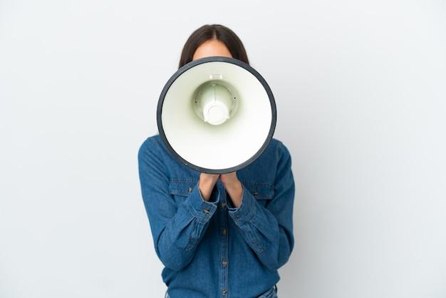 Uma jovem francesa isolada no fundo branco gritando em um megafone para anunciar algo