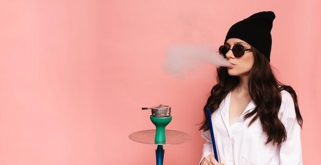 Uma jovem fuma narguilé