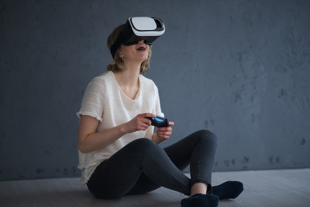 Uma jovem garota brinca com realidade virtual