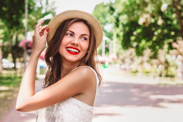 Uma jovem garota caminha no parque e sorri