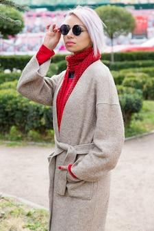Uma jovem garota com óculos caminha na cidade velha.