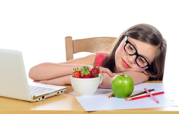 Uma jovem garota escolhe uma maçã
