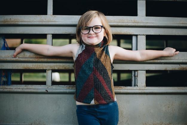Uma jovem garota está se divertindo na fazenda