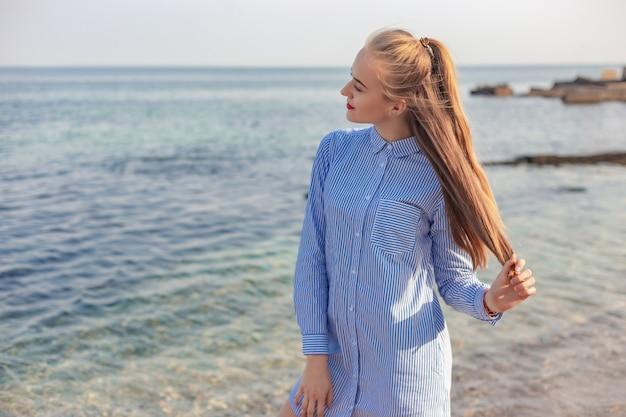 Uma jovem garota passa o tempo na costa