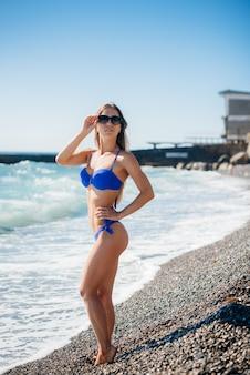 Uma jovem garota sexy está descansando no oceano em um dia ensolarado. recreação, turismo.