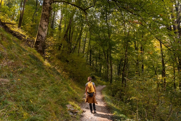 Uma jovem indo para passerelle de holtzarte de larrau na floresta ou selva de irati, no norte de navarra na espanha e nos pirineus atlânticos da frança