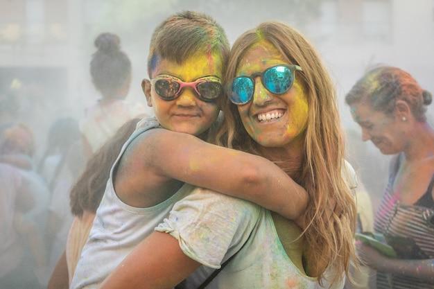 Uma jovem mãe e um menino no holi festival