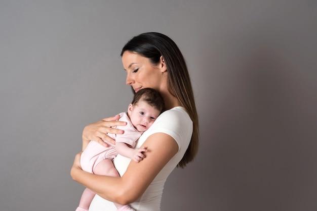 Uma jovem mãe segurando seu bebê nos braços