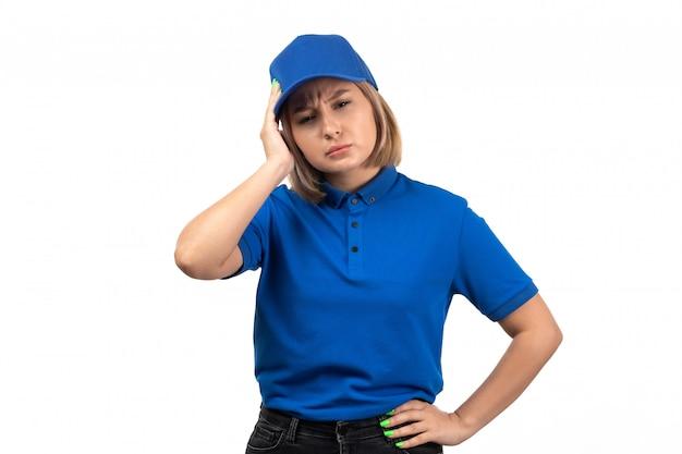 Uma jovem mensageira de uniforme azul, de frente para a frente, com dor de cabeça