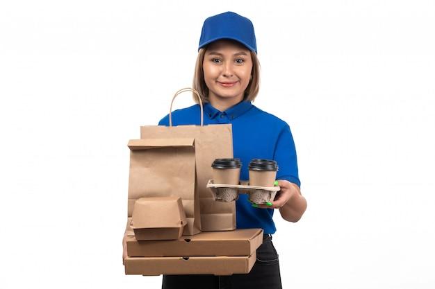 Uma jovem mensageira de uniforme azul segurando pacotes de entrega de comida