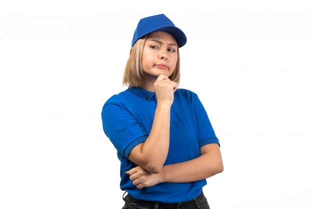 Uma jovem mensageira de uniforme azul, vista frontal, apenas posando com expressão pensativa
