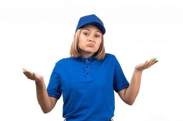 Uma jovem mensageira de uniforme azul, vista frontal, apenas posando com uma expressão descontente