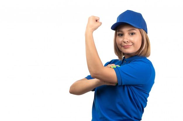 Uma jovem mensageira de uniforme azul, vista frontal, apenas posando e flexionando