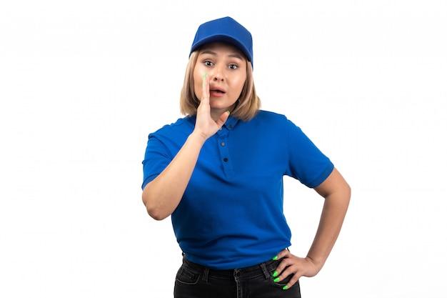 Uma jovem mensageira de uniforme azul, vista frontal, apenas posando e gritando