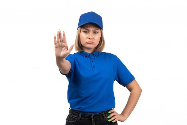 Uma jovem mensageira de uniforme azul, vista frontal, apenas posando e mostrando a placa de pare