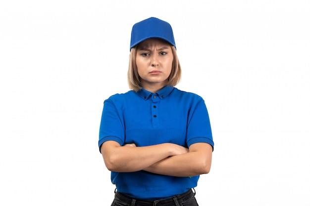 Uma jovem mensageira de uniforme azul, vista frontal, apenas posando