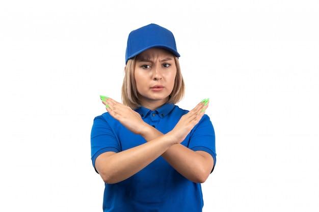 Uma jovem mensageira de uniforme azul, vista frontal, posando com o cartaz de proibição