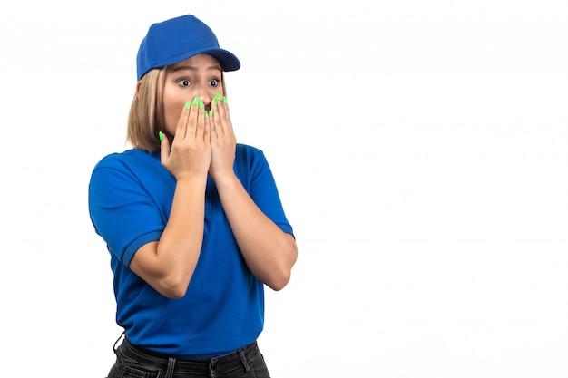 Uma jovem mensageira de uniforme azul, vista frontal, posando com uma expressão de medo