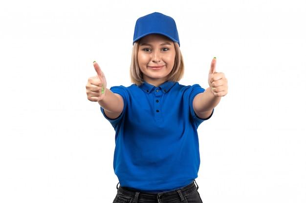 Uma jovem mensageira de uniforme azul, vista frontal, posando e mostrando sinais