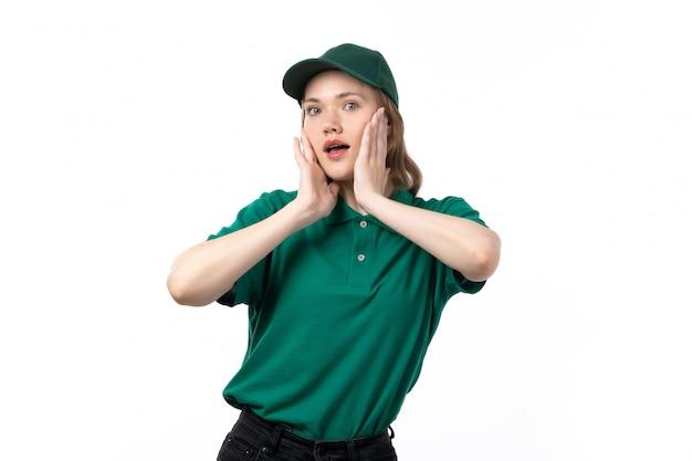 Uma jovem mensageira de uniforme verde posando com expressão de coquete